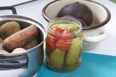 Vinaigrette di verdure dell'insalata Ricette russe Cottura delle fasi Sulla tavola in piatti sono le verdure cucinate: patate, ca Immagini Stock Libere da Diritti