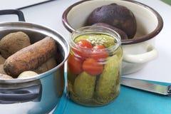 Vinaigrette di verdure dell'insalata Ricette russe Cottura delle fasi Sulla tavola in piatti sono le verdure cucinate: patate, ca Immagine Stock Libera da Diritti