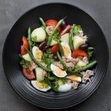 vinaigrette för tonfisk för tomater för sallad för potatisar för olivgrön för nicoise för green för druva för ägg för dressing fö Fotografering för Bildbyråer