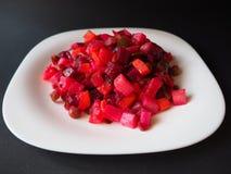 Vinaigrette vegetarische salade op de witte plaat macromening stock foto