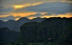 Vinales谷平安的看法在日出的 Vinales谷的鸟瞰图在古巴 早晨微明和雾 雾在Th的黎明 图库摄影