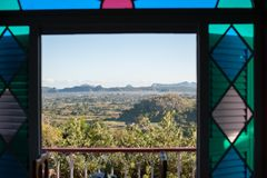 Vinales谷,对Vinales小山的窗口视图  库存图片