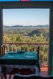 Vinales谷,对Vinales小山的窗口视图  免版税库存照片