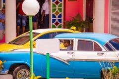 VINALES,古巴- 2017年5月13日:在停车场的美国蓝色减速火箭的汽车, Vinales, Pinar del里约,古巴 特写镜头 免版税库存照片