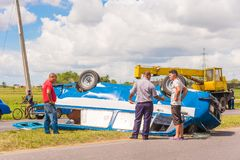 VINALES,古巴- 2017年5月13日:在路的事故,汽车变成 复制文本的空间 图库摄影