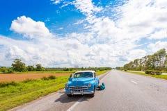 VINALES,古巴- 2017年5月13日:在路的美国减速火箭的汽车 复制文本的空间 图库摄影