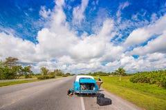 VINALES,古巴- 2017年5月13日:在路的美国减速火箭的汽车 复制文本的空间 免版税库存照片