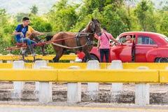 VINALES,古巴- 2017年5月13日:在轨道的美国红色减速火箭的汽车 复制文本的空间 免版税库存图片