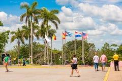 VINALES,古巴- 2017年5月13日:城市广场的看法有旗子的 复制文本的空间 免版税库存照片