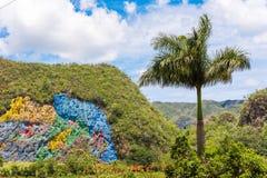 VINALES,古巴- 2017年5月13日:壁画的看法在Vinales谷的 复制文本的空间 免版税库存照片