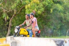VINALES,古巴- 2017年5月13日:摩托车的两个人 复制文本的空间 免版税库存照片