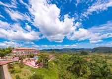 VINALES,古巴- 2017年5月13日:旅馆和Vinales谷的看法 复制文本的空间 库存照片