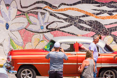 VINALES,古巴- 2017年5月13日:美国红色减速火箭的汽车和人民 特写镜头 免版税库存照片