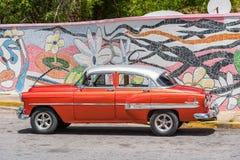 VINALES,古巴- 2017年5月13日:美国红色减速火箭的汽车 复制文本的空间 免版税库存图片