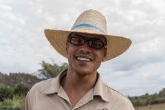 VINALES,古巴- 2018年3月14日 有一个白色帽子的古巴人在烟草农场 库存图片