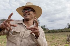 VINALES,古巴- 2018年3月14日 有一个白色帽子的古巴人在烟草农场 免版税库存图片