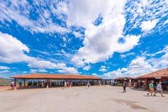 VINALES, КУБА - 13-ОЕ МАЯ 2017: Туристы в долине Vinales Скопируйте космос для текста Стоковая Фотография RF