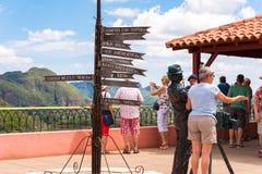 VINALES, КУБА - 13-ОЕ МАЯ 2017: Туристы в долине Vinales, Pinar del Rio, Кубе Скопируйте космос для текста Стоковая Фотография