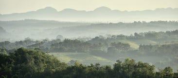 横跨Vinales谷的看法在古巴 早晨微明和雾 图库摄影