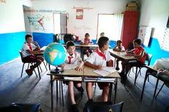 Vinales, Cuba, il 3 giugno 2016: Gli allievi che hanno la lezione nella scuola Immagine Stock Libera da Diritti