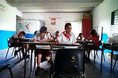 Vinales, Cuba, il 3 giugno 2016: Gli allievi che hanno la lezione nella scuola Fotografie Stock Libere da Diritti