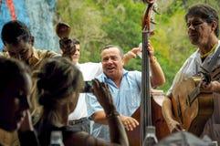 VINALES-DAL, KUBA - JANUARI 19, 2013 Lokal kubansk musikbandlek S Arkivbild