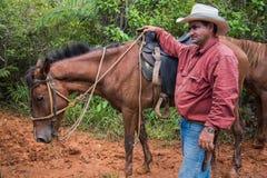 Vinales dal, Kuba - September 24, 2015: Den lokala cowboyen förbereder sig Royaltyfri Foto
