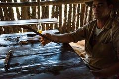 Vinales dal, Kuba - September 24, 2015: Ung kubansk bondemor Arkivfoto