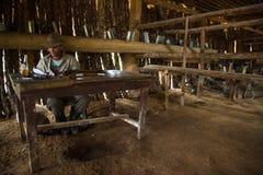 Vinales dolina Kuba, Wrzesień, - 24, 2015: Młody Kubański rolnik ma Zdjęcie Royalty Free