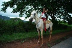 Vinales Kuba, Juni 3, 2016: Eleven går till skolaridningen royaltyfria foton