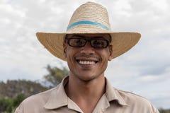 VINALES, KUBA - 14. MÄRZ 2018 Kubaner mit einem weißen Hut auf einem Tabakbauernhof Lizenzfreies Stockfoto