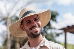 VINALES, KUBA - 14. MÄRZ 2018 Kubaner mit einem weißen Hut auf einem Tabakbauernhof Lizenzfreie Stockfotos