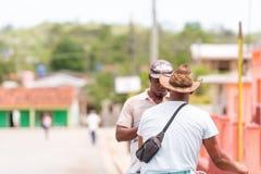 VINALES KUBA - MAJ 13, 2017: Män i hattar på en stadsgata tillbaka sikt Kopiera utrymme för text Arkivfoto