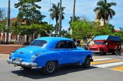 Vinales und alte amerikanische Autos, Kuba Lizenzfreie Stockfotos