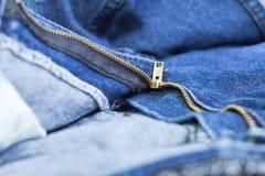Vinande i jeans fotografering för bildbyråer