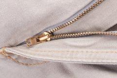 Vinande på ljus jeans arkivfoton