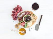 Vinaptitretareuppsättning Exponeringsglas av rött, druvor, parmesan arkivfoto