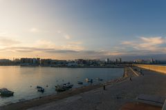 Vinaros, Espanha, o 3 de setembro de 2017: Opinião de Vinaros do porto no por do sol foto de stock royalty free