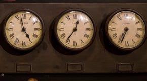 Vinatage klockor Tid i New York, London och Paris Royaltyfria Foton