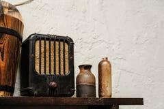 Vinatage składu dekoraci radia stara butelka i wiadro Zdjęcia Stock