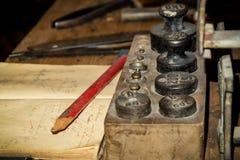 Vinatge-Schreibtisch mit alten Gewichten stockfotografie