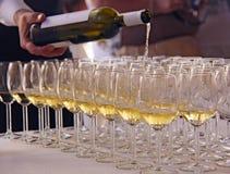 Vinavsmakning, ett antal exponeringsglas av vitt vin Royaltyfri Bild