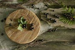 Vinbär på ett trä Fotografering för Bildbyråer