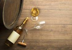 Vinbootle och exponeringsglas på trätabellen arkivfoton