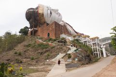 Vinca Sein Taw Ya, statua adagiantesi di Buddha a Mudon vicino a Mawlamyine, fotografia stock