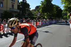 Vincenzo Nibali bak den rosa ärmlös tröja Tom Dumoulin nära ankomst i den Bergamo etappen i den 100. upplagan av ` Italia för Pos Fotografering för Bildbyråer