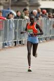 Vincitore del posto della femmina di maratona della città di Milano secondo fotografia stock libera da diritti