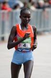 Vincitore del posto della femmina di maratona della città di Milano secondo immagine stock libera da diritti