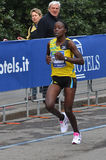 Vincitore femal di maratona 2013 della città di Milano fotografia stock