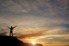 Vincitore sulla cima della montagna immagine stock libera da diritti